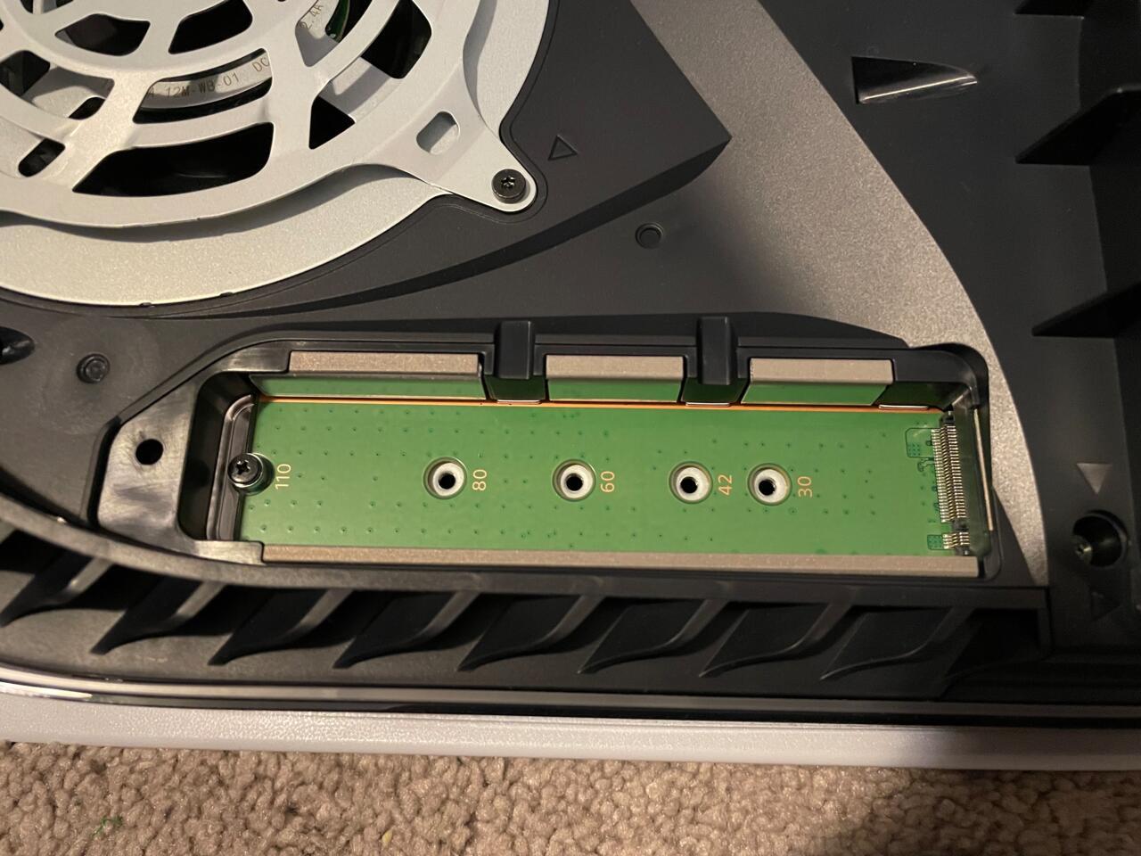 Existem cinco ranhuras.  Você precisa encontrar aquele que corresponda ao comprimento do seu SSD.