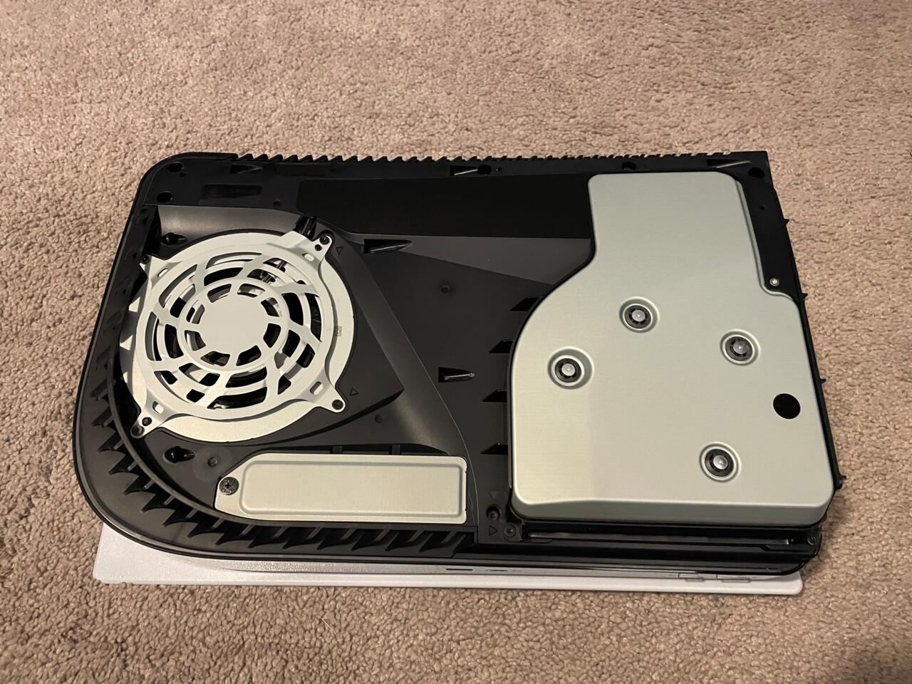 Parte inferior do PS5 com o painel desligado